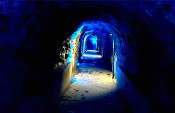 この洞窟は歴史的に病人を癒す温泉が湧くことでも有名